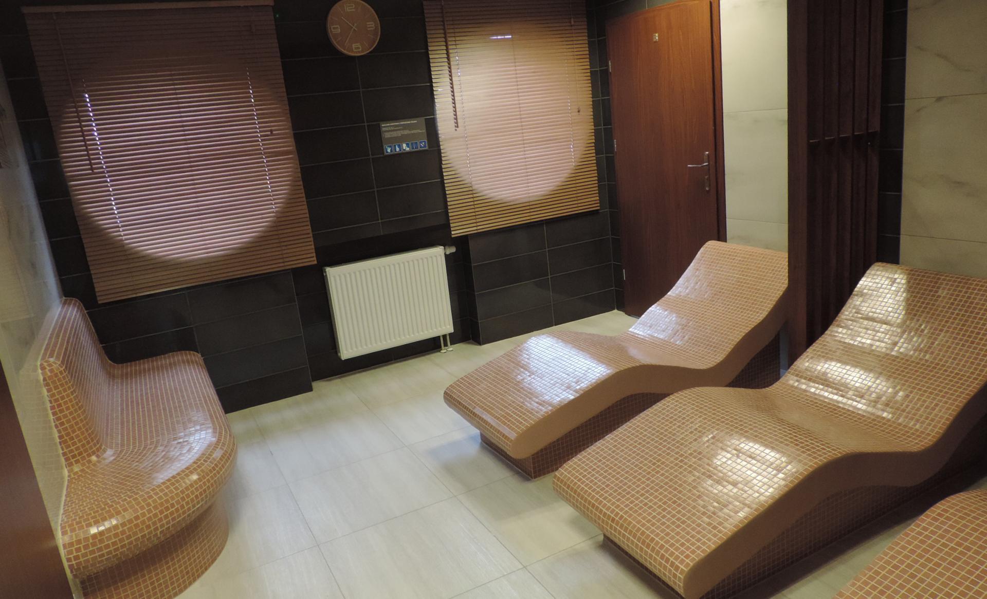 leżaki w saunie