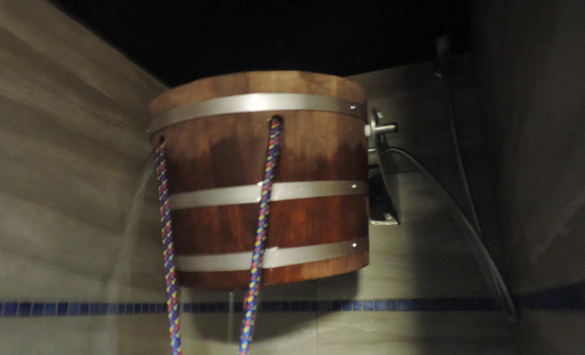 wiadro z wodą w saunie