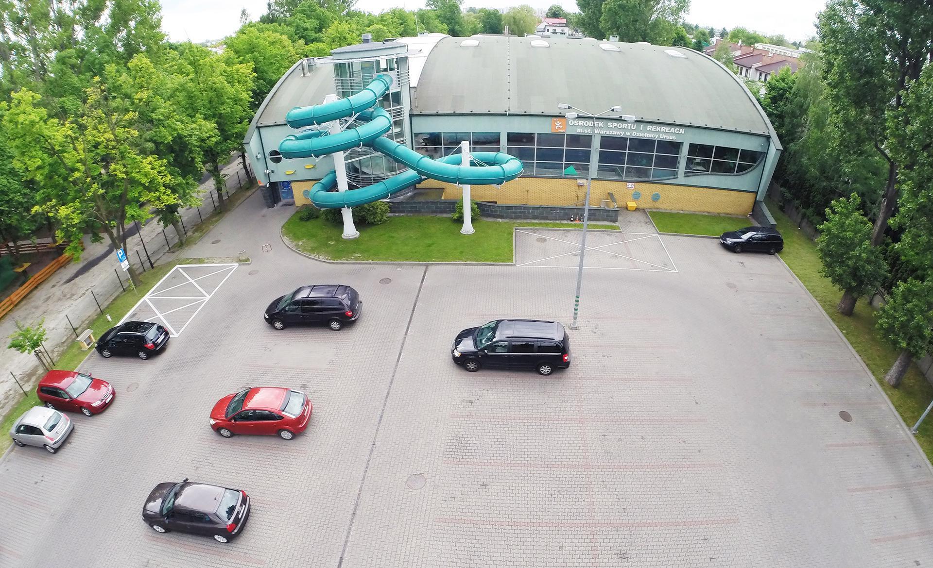 parking przed basenem